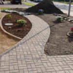 Außenanlagen dekorativ gestalten, mit Rindenmulch und Pflanzen